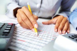 comptable avec une calculatrice imprimante